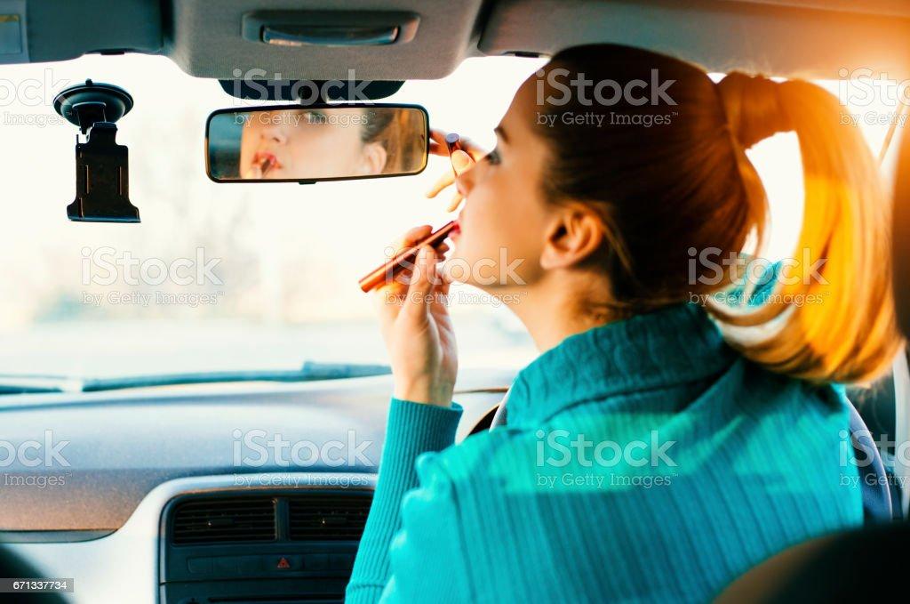 Mulher maquiagem no carro - foto de acervo