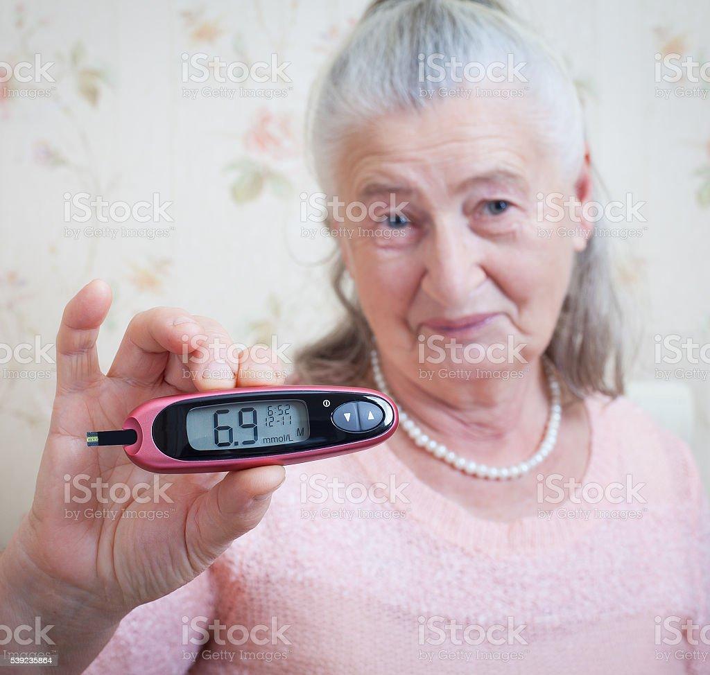 Mujer convierte las pruebas de alto nivel de azúcar en sangre. foto de stock libre de derechos