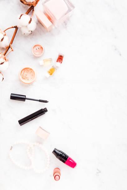 frau make-up-beauty-produkte von oben - blumen make up stock-fotos und bilder