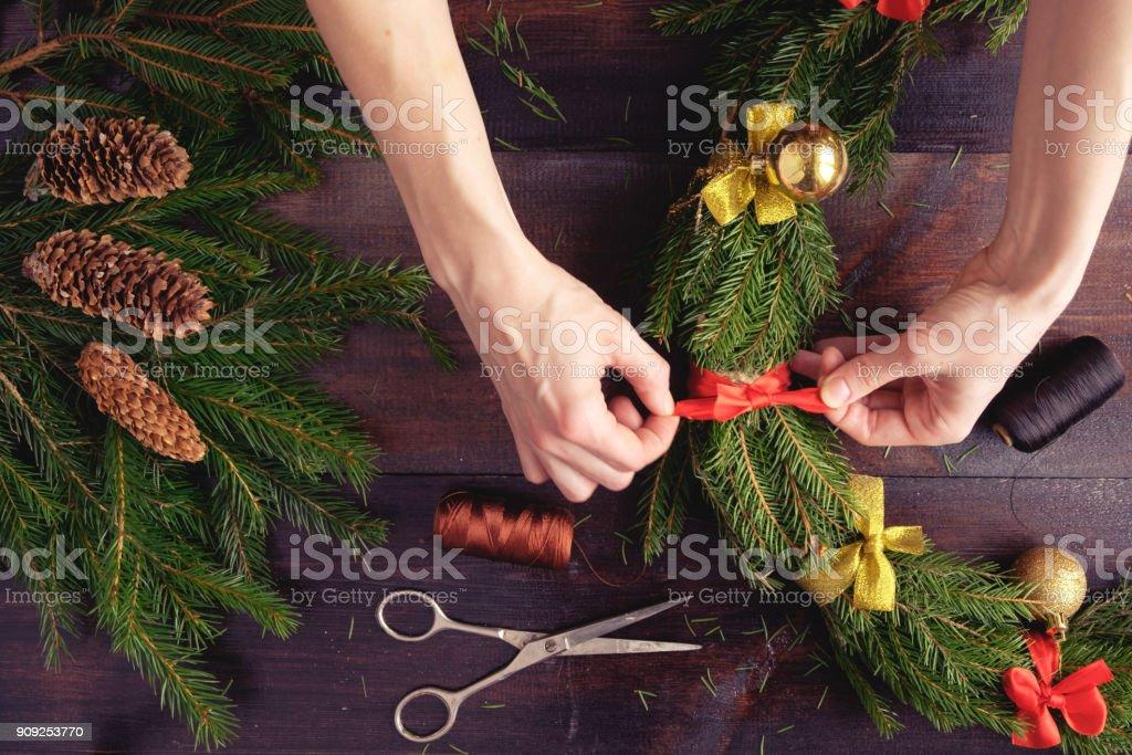 女性クリスマス リース手すぐフラット ビュー ストックフォト