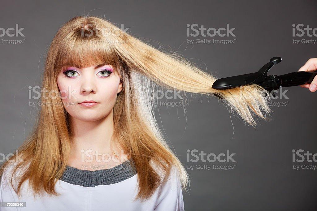 Frau Die Frisur Mit Haar Bugeleisen Stockfoto Und Mehr Bilder Von