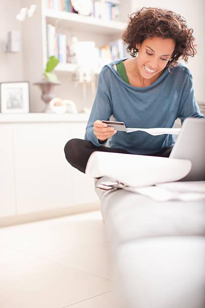 Frau machen online-Einkäufe – Foto