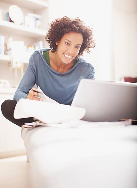 frau machen online-einkäufe - sofa online kaufen stock-fotos und bilder