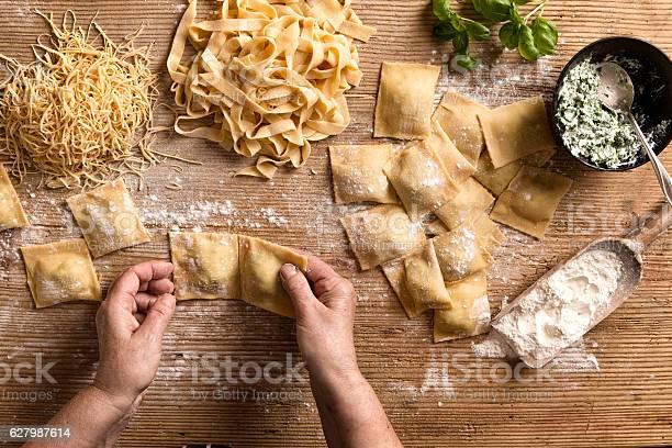 Woman Making Pasta - Fotografie stock e altre immagini di Adulto
