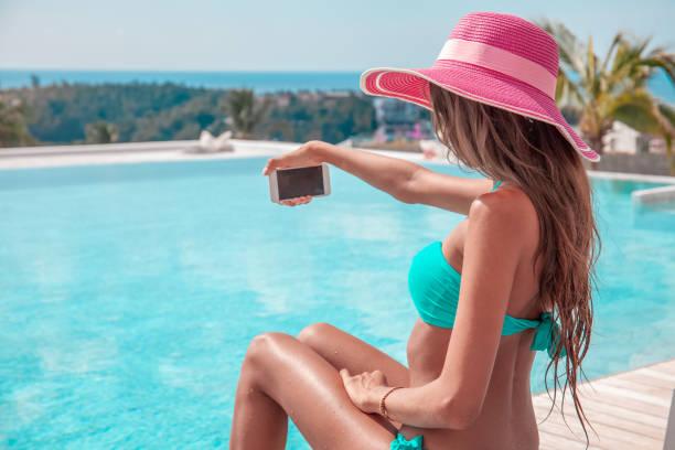 Frau macht Selfie-Foto im Resort – Foto