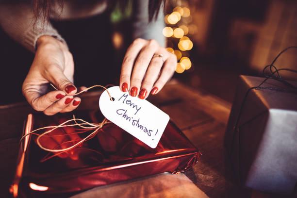 frau macht das paket für das weihnachtsgeschenk - winterdeko basteln stock-fotos und bilder