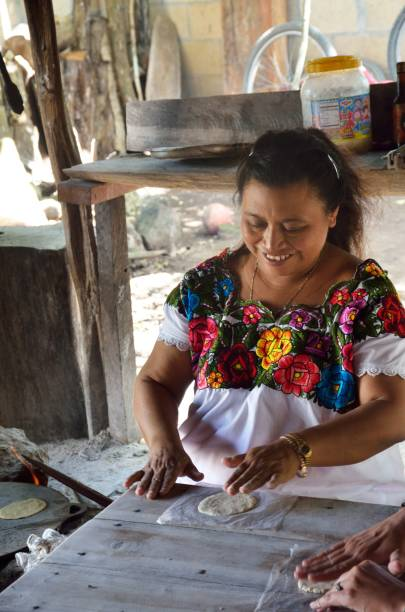 Woman making Tortillas in traditional way – Foto