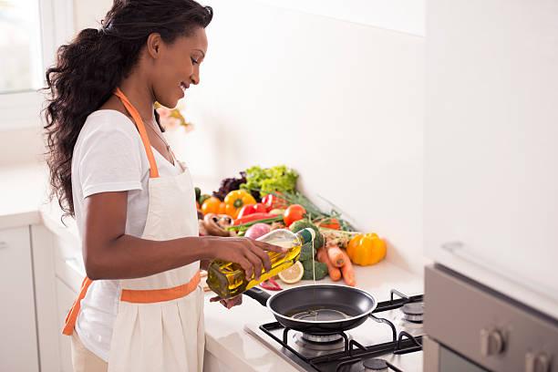 woman making vegetarian dinner. - chefkoch auflauf stock-fotos und bilder