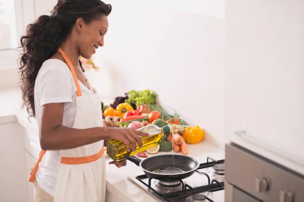 frau, vegetarisches abendessen. - chefkoch auflauf stock-fotos und bilder