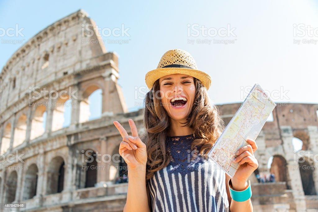 Frau macht victory-Zeichen in der Nähe Kolosseum in Rom – Foto