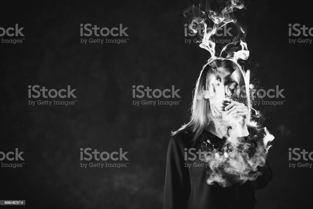 Frau Maske Rauchen Einfluss Gefahr für die Gesundheit – Foto