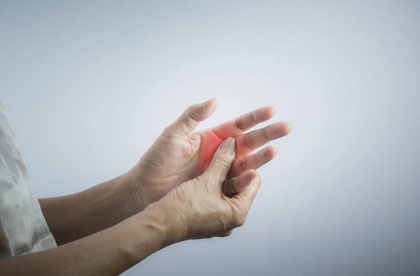 Frau massiert ihre schmerzhafte Hand. Frau hielt ihre Hand Schmerzen Konzept. – Foto