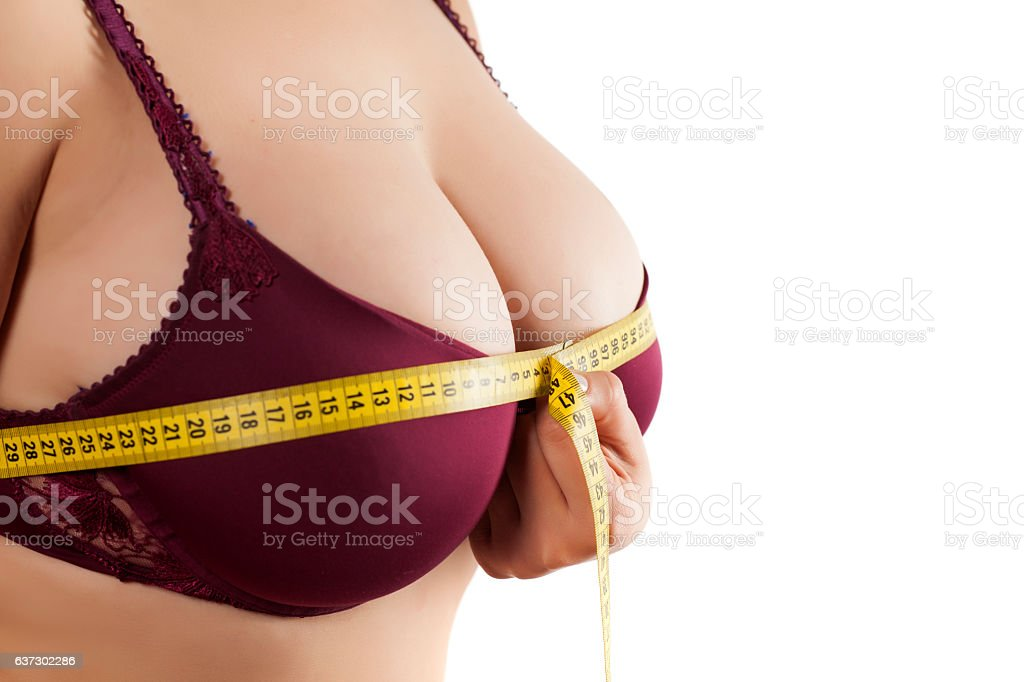 woman measured her breast with a measuring tape foto