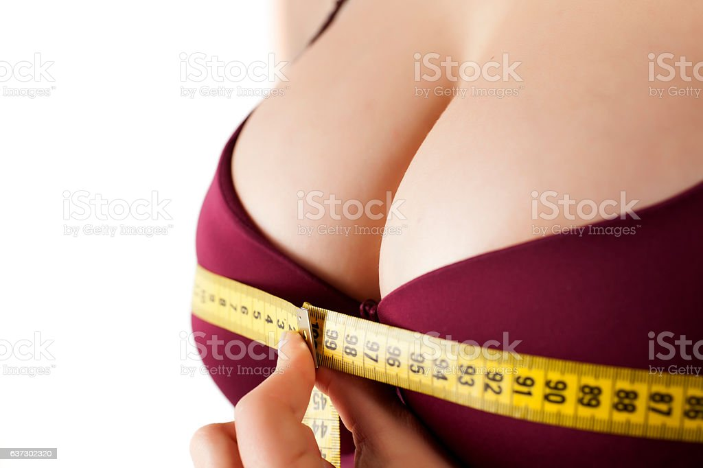 woman measured her breast with a measuring tape​​​ foto