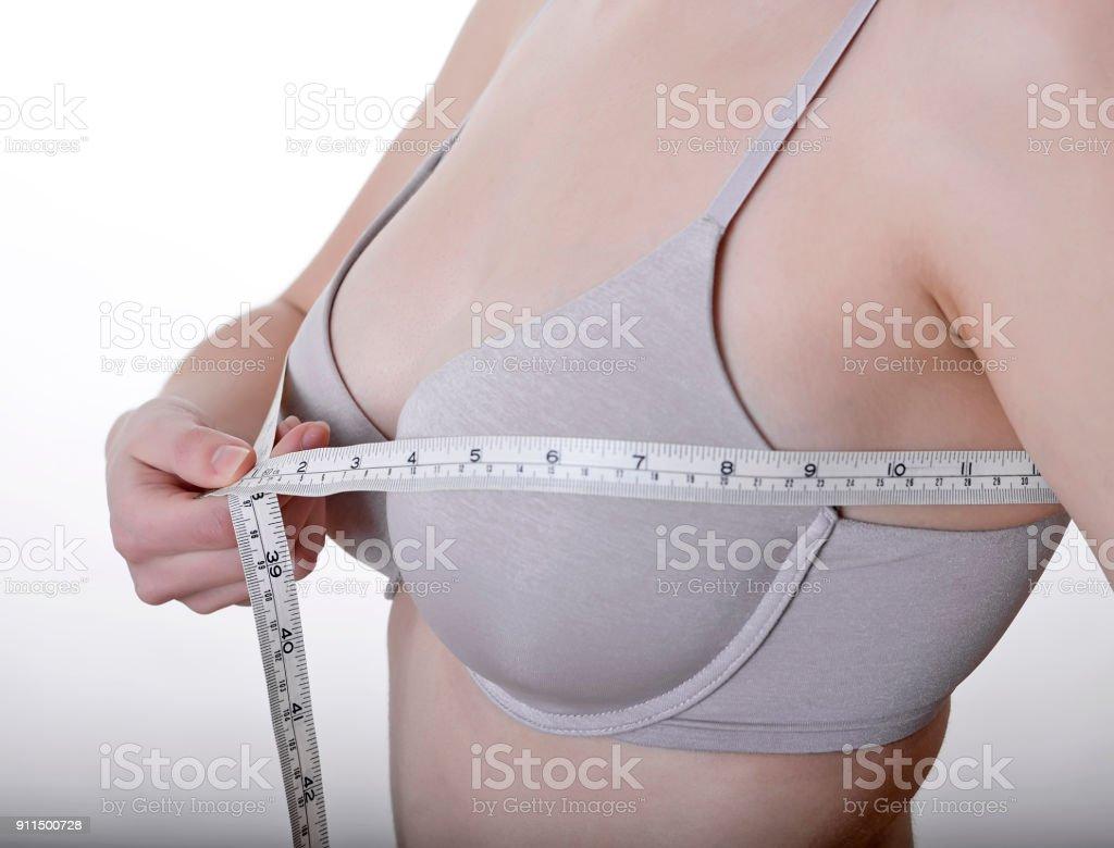 mide el tamaño del busto mujer - foto de stock