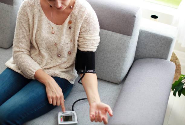 Frau, die ihren Blutdruck messen – Foto