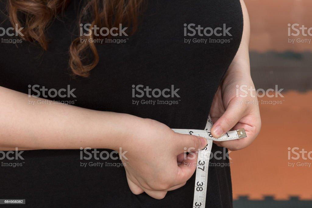 Frau Bauch Taille Fett messen Lizenzfreies stock-foto
