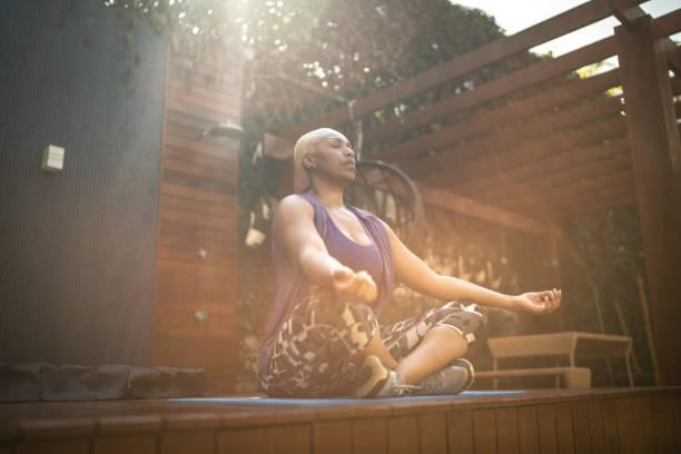 mulher meditando no quintal - meditation - fotografias e filmes do acervo
