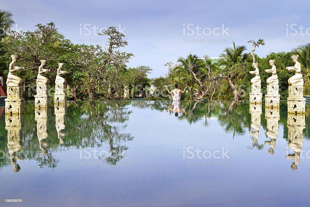 여자 명상하기 열대 풍경 royalty-free 스톡 사진
