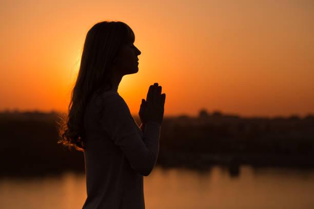 Frau meditiert im Freien – Foto