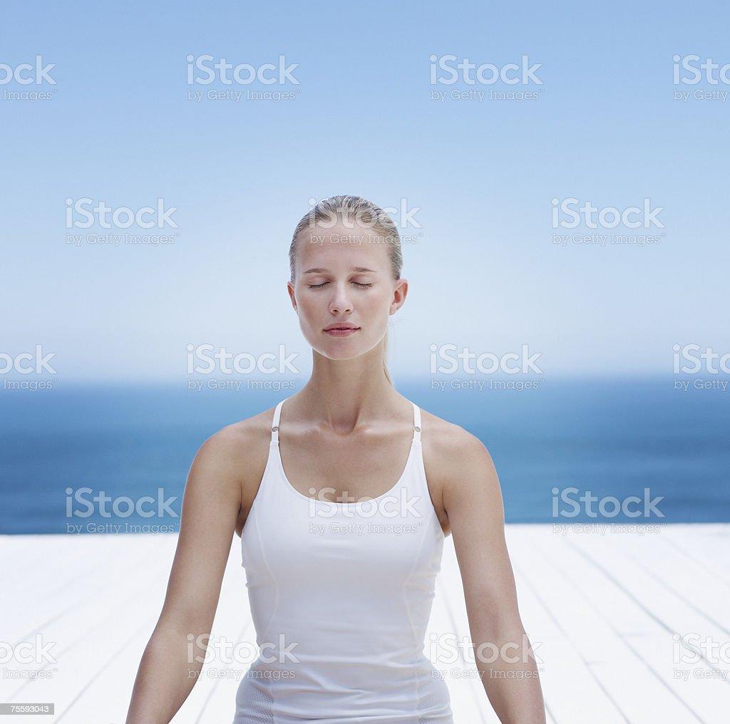 Mulher Meditar ao ar livre foto de stock royalty-free