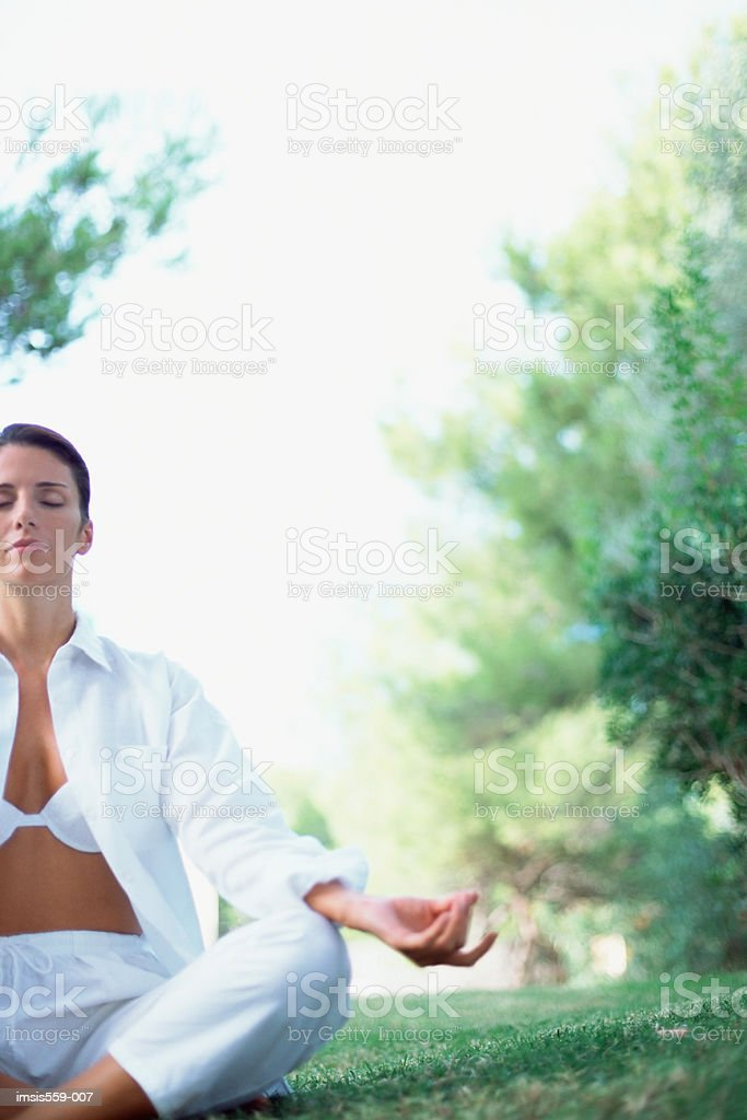 Donna meditare all'aperto foto stock royalty-free