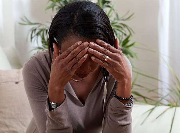 Woman migrain. – Foto