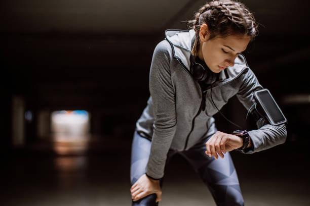 femme, suivi de ses progrès sur smartwatch - chrono sport photos et images de collection