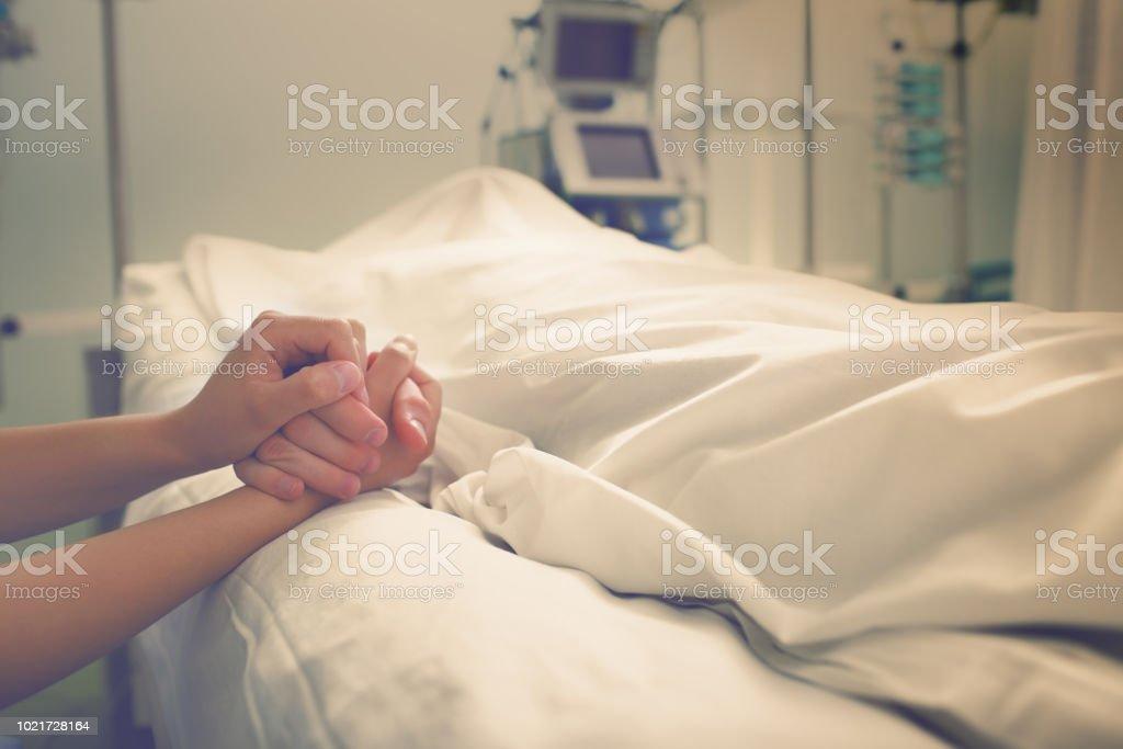 Frau trauert um ihren Mann, der in einem Krankenhaus gestorben – Foto