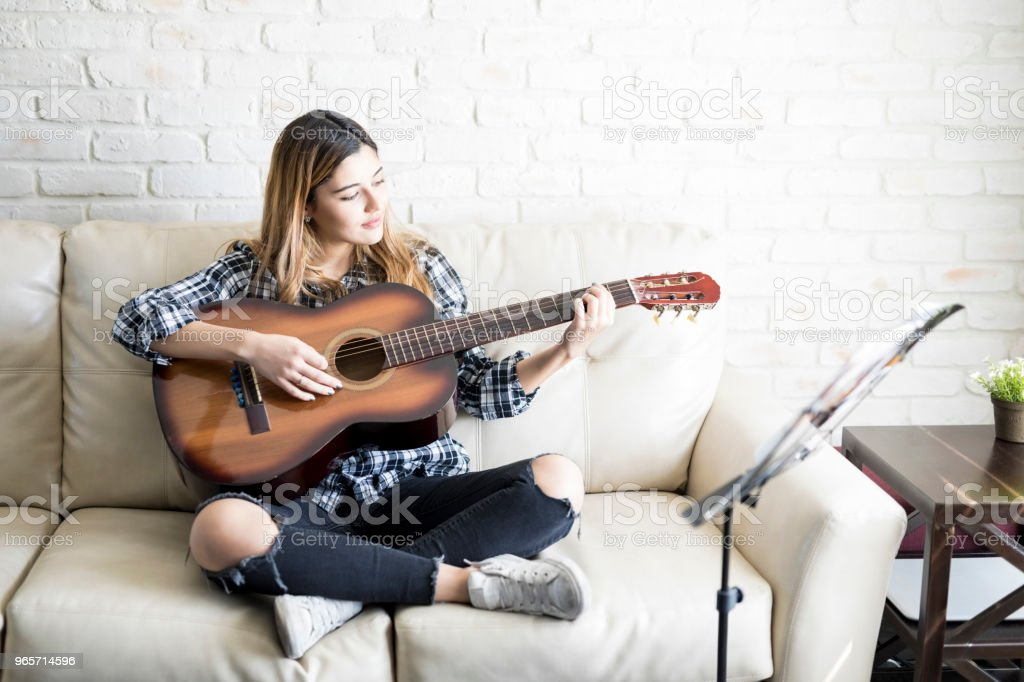 Woman musician playing guitar - Royalty-free 20-29 Years Stock Photo