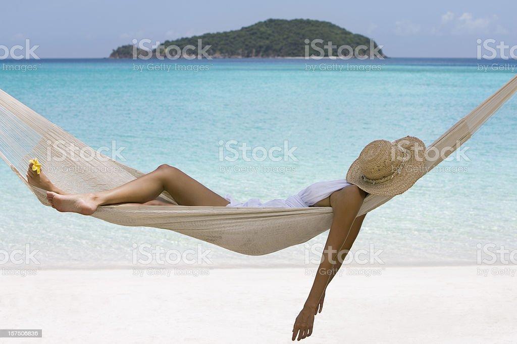 Mulher soneca em uma rede - foto de acervo