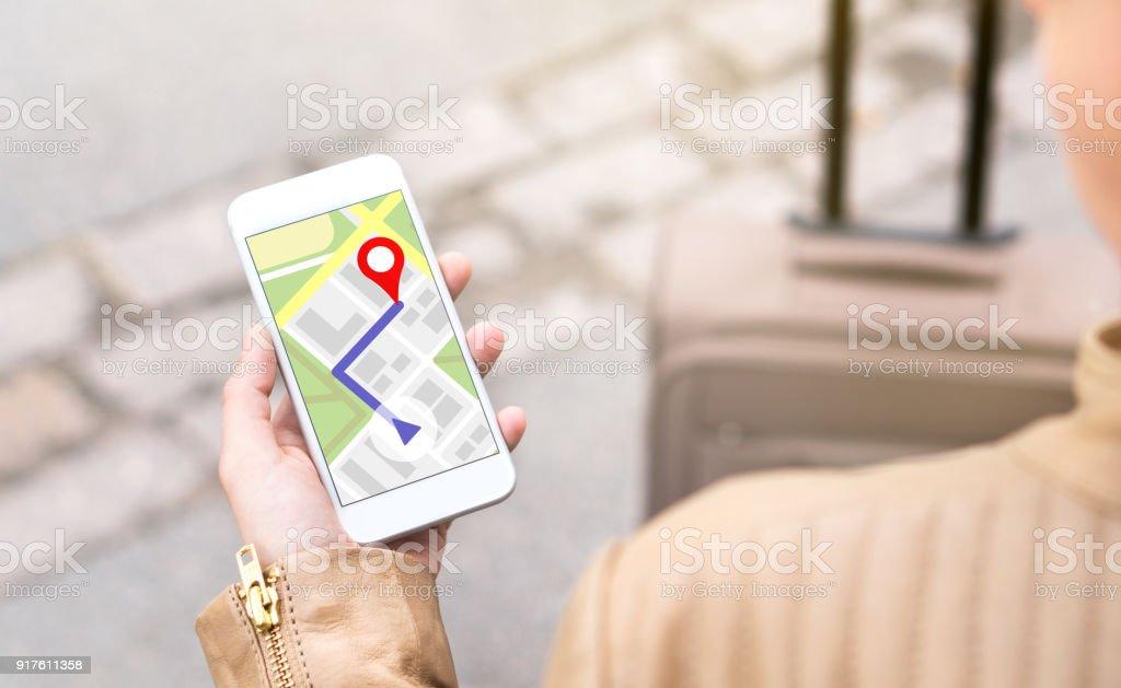 Mujer navegando con aplicación de mapa móvil. Turismo con ruta a pie en la pantalla del smartphone. - foto de stock