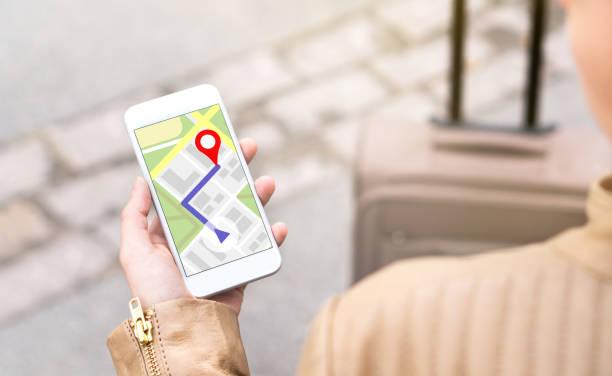 frau mit handy-kartenanwendung navigieren. touristen mit wanderweg auf smartphone-bildschirm. - karte navigationsinstrument stock-fotos und bilder