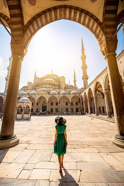 женщина возле голубая мечеть в стамбуле - стамбул стоковые фото и изображения