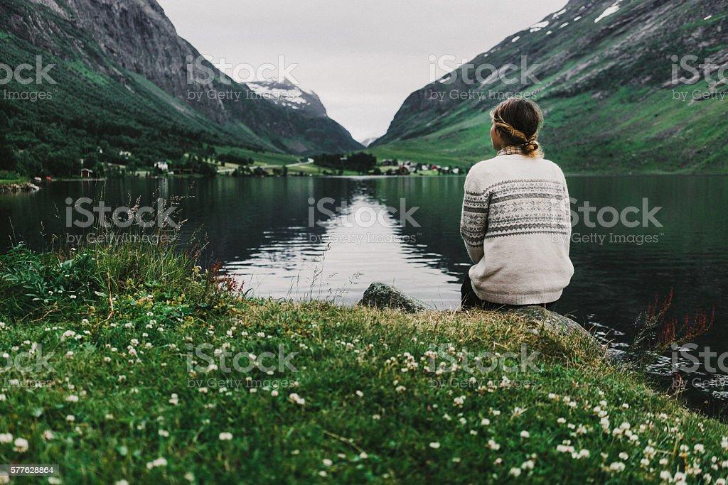 Frau in der Nähe von dem See  – Foto