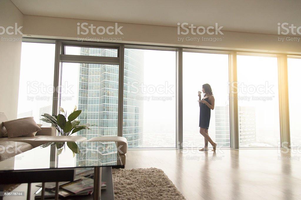 Mulher perto da janela - foto de acervo