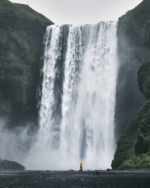 Frau in der Nähe von Wasserfall in Island – Foto