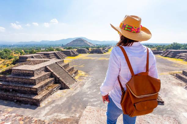 mujer observando teotihuacan. - gerardo huitrón fotografías e imágenes de stock