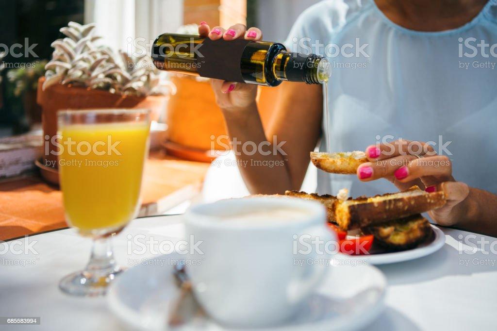 上油烤麵包的女人 免版稅 stock photo