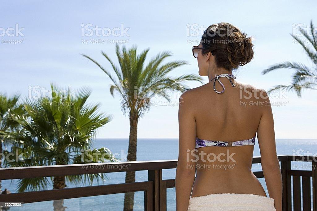 Mulher em uma Varanda foto de stock royalty-free