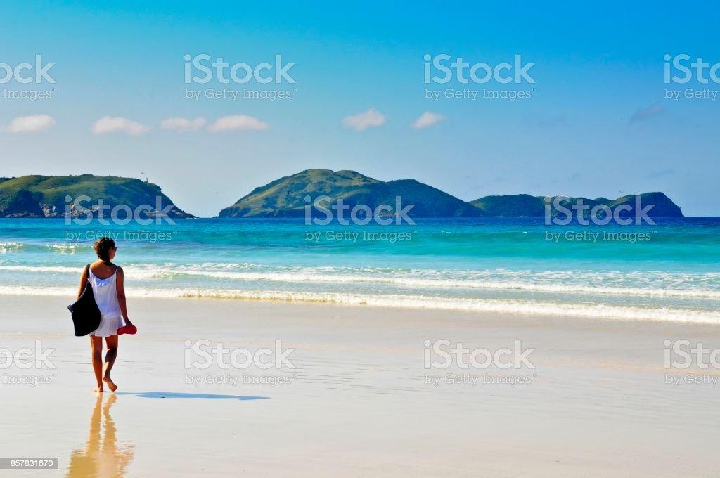 Mulher na praia - foto de acervo