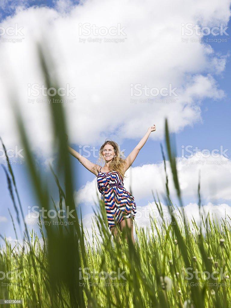 Frau auf einem Feld Lizenzfreies stock-foto