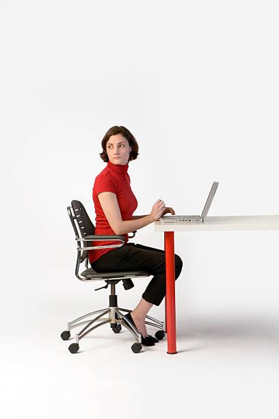 frau auf einem laptop-computer - rot bekümmerte möbel stock-fotos und bilder