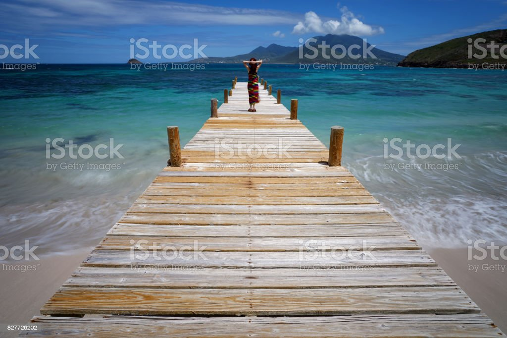Frau auf einem Pier am Turtle Beach, St. Kitts – Foto