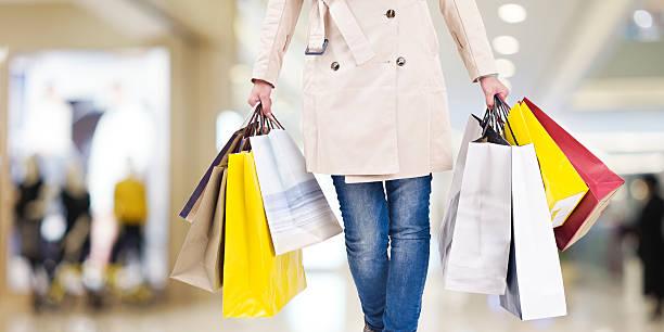 여자 있는 쇼핑의 - 쇼핑백 뉴스 사진 이미지
