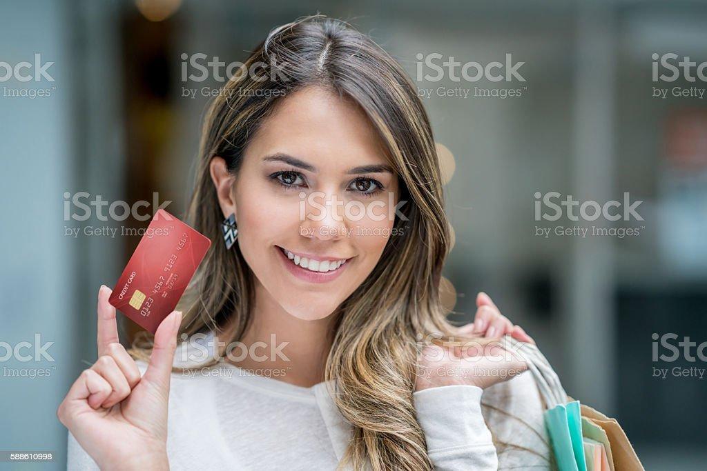 Frau auf einem Einkaufsbummel mit Kreditkarte erforderlich  – Foto