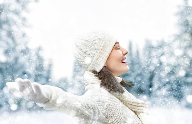 donna su un inverno a piedi - woman portrait forest foto e immagini stock