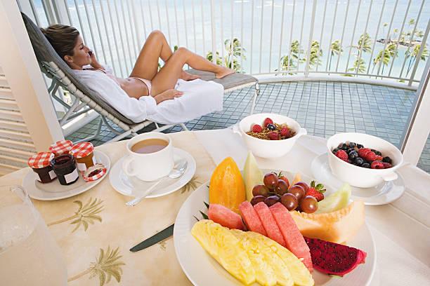 frau auf balkon mit frühstück - ananas marmelade stock-fotos und bilder