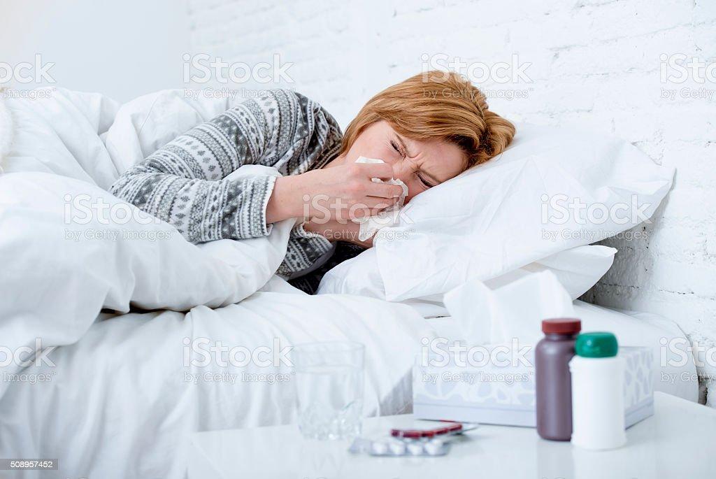 Frau auf Bett leiden, Medikamente kalten Grippe-virus – Foto