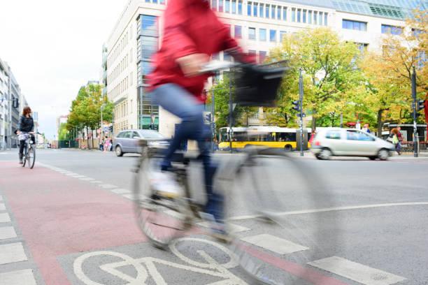 frau auf fahrrad in verkehrsberuhigte im zentrum von berlin - radwege deutschland stock-fotos und bilder